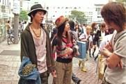 Jeunes se rencontrant à la station Harajuku (Tokyo)