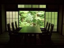 Salle avec vue sur le jardin zen à un temple (Kyoto)