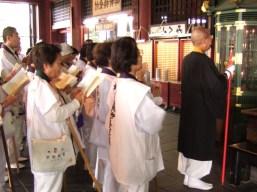 Cérémonie au temple bouddhiste Hondo-ji (Asakusa, Tokyo)