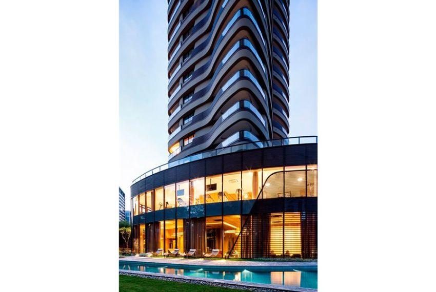 PISCINA com raia de 47 metros, equipada com mobiliário que acompanha o conceito do Cyrela by Pininfarina, com formatos curvilíneos e suaves 3