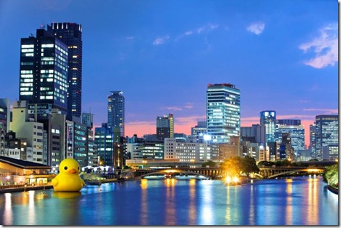 giant-inflatable-rubber-ducky-florentijn-hofman-osaka-japan-3