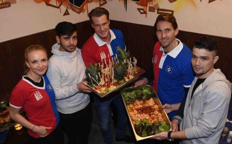 Patin Janin Reinhardt, Ahmad aus Syrien, Marcell Jansen, René Adler und Raed freuen sich über die Kücheneinweihung