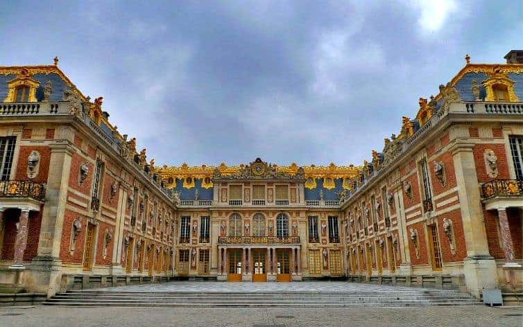 Imagine being a princess for a day and living in the Chateau de Versailles, outside of Paris! (via thetravellingmom.ca)