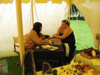 Das Kartenlegen ist für Johanne auf Mittelalter Festen ein Muss. Es sieht ziemlich gut aus mit ihrer Zukunft. Darauf gaben wir uns ein High-Five. :)
