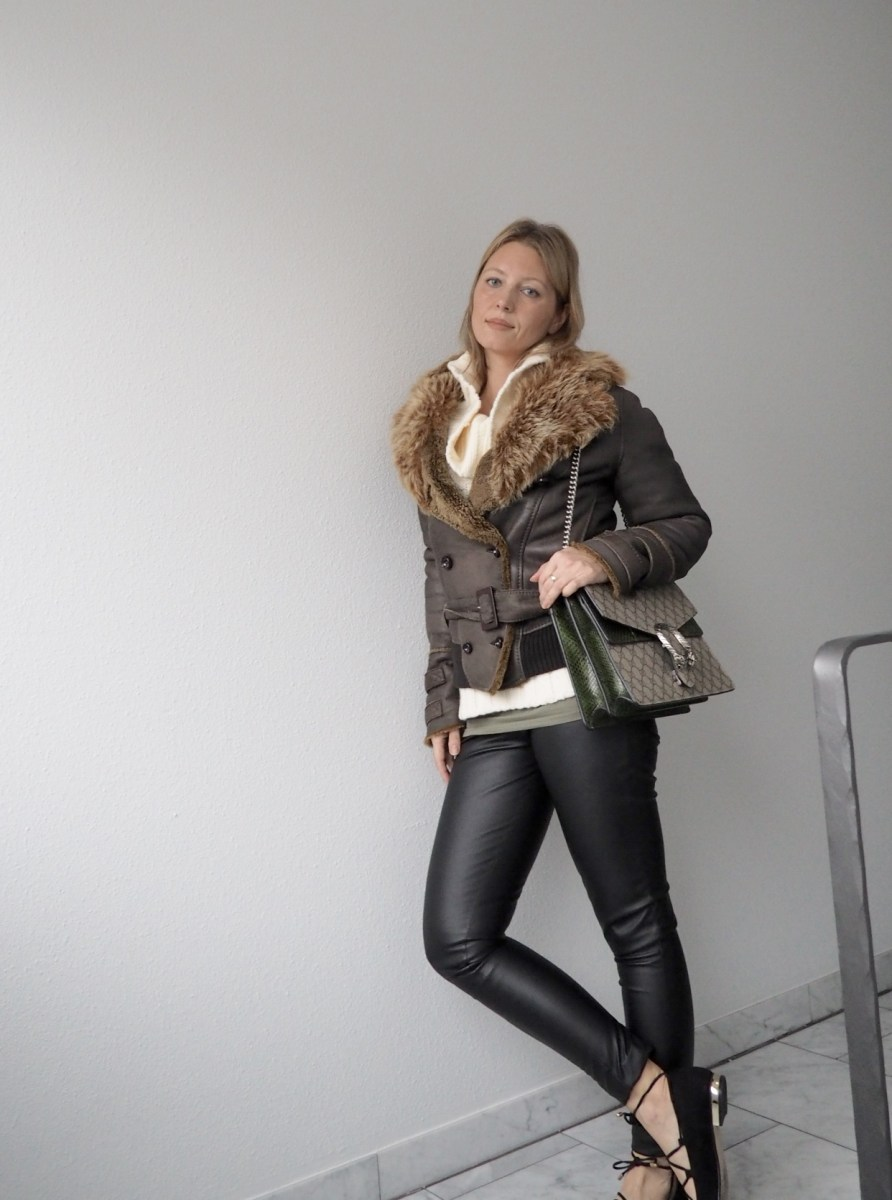Outfit: Lederleggings und cozy sweater
