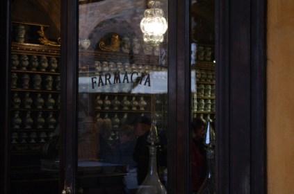 La porta a vetri della farmacia antica.