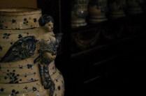 Un grande vaso di maiolica decorato con la figura di un'arpia.