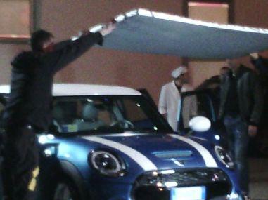 Episodio #1 - Nelle riprese in esterno si fa di tutto per concentrare la luce sull'auto e sui suoi occupanti.