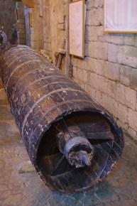 """Questa """"vite di Archimede"""" è ancora oggi l'unico sistema efficace per pompare l'acqua da una vasca all'altra: nessuna pompa moderna, infatti, potrebbe funzionare a lungo con un'acqua tanto salata."""