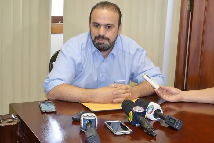 De Volta das férias, barbinha cheia de marra, prefeito de Foz, Reni Pereira, anuncia redução drástica de comissionados