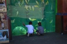 Crianças apreciando os peixes.