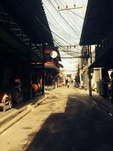 A rua Fisherman Village Moo, cheia de restaurantes e pousadas.