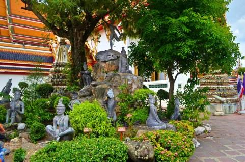 Divindades na entrada do Wat Pho - Photo by Claudia Grunow