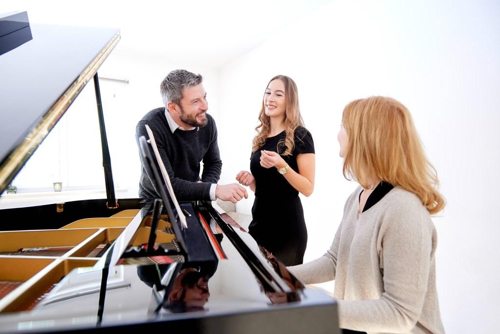 Pianistin komponiert persönliches Lied mit Hochzeitspaar
