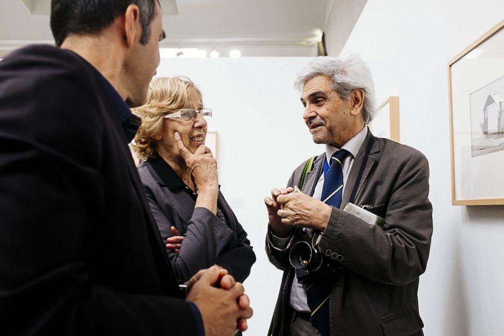 Bernard Plossu comentando su exposición 'La hora inmóvil' con Manuela Carmena. © Ana Zaragoza