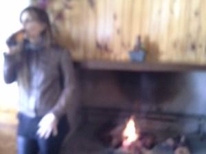 Manuella se réchauffe par tous les moyens possibles