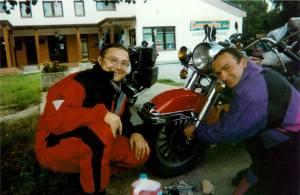 Dépannage de biker autrichien et bout de route ensemble à la roots