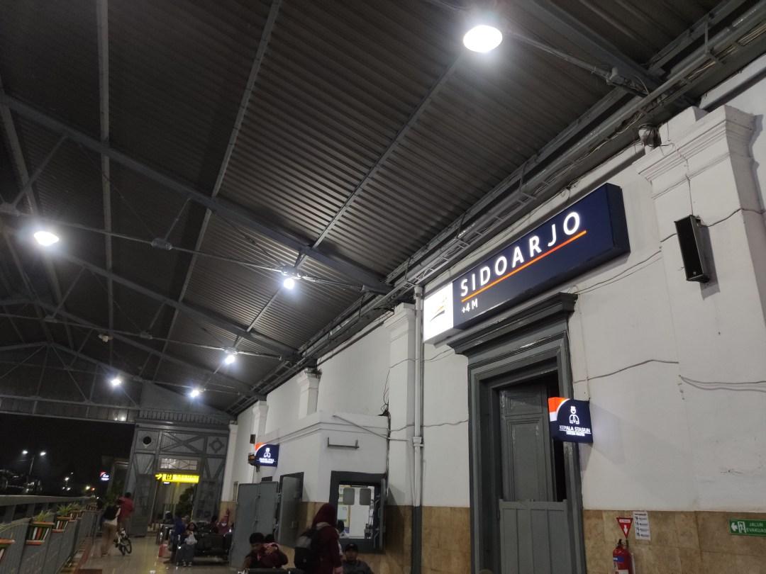 Suasana Stasiun Sidoarjo pagi hari