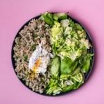 Glutenfreie Eiernockerl mit pochierten Ei und Salat