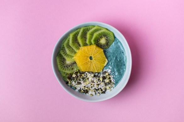 Vitamin C Bowl mit Spirulina und Kokosflocken