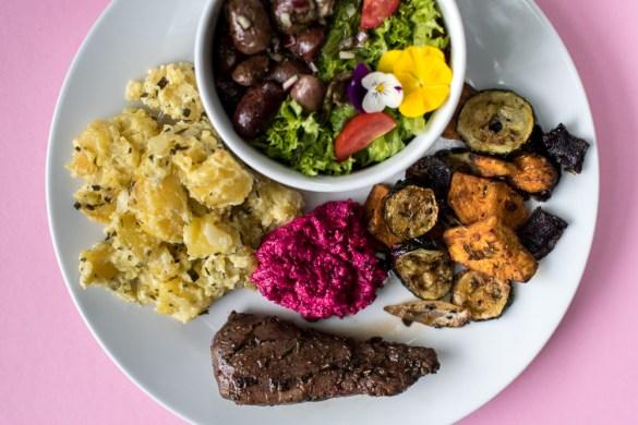 Farbenfroher Grillteller mit Wildfleisch und viel buntem Gemüse