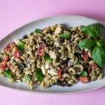 Mediterraner Low Carb Nudelsalat mit Tomaten, Oliven und Zedernüssen