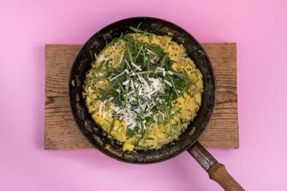 Kartoffel-Zwiebel Omelett mit Rucola und Parmesan