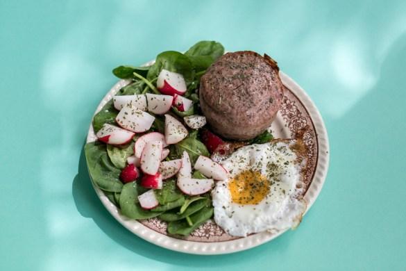 Leberkäse mit Uhudler zum Selberbacken mit Salatgarnitur und Spiegelei