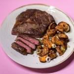 Bio Steak mit Harissa und scharfen Süßkartoffeln