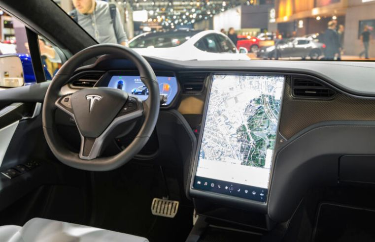 Tesla's slow self-driving progress continues with green light warning