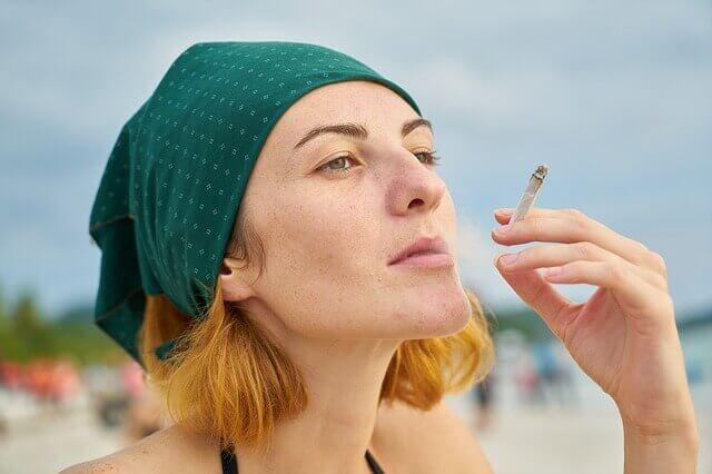 モデル・タバコ顔