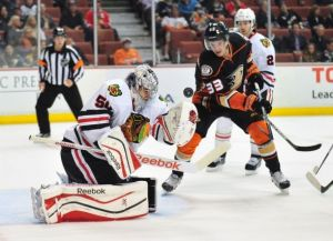 jakob-silfverberg-corey-crawford-nhl-chicago-blackhawks-anaheim-ducks-590x900