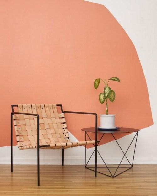 peintre ses mur orange et blanc.
