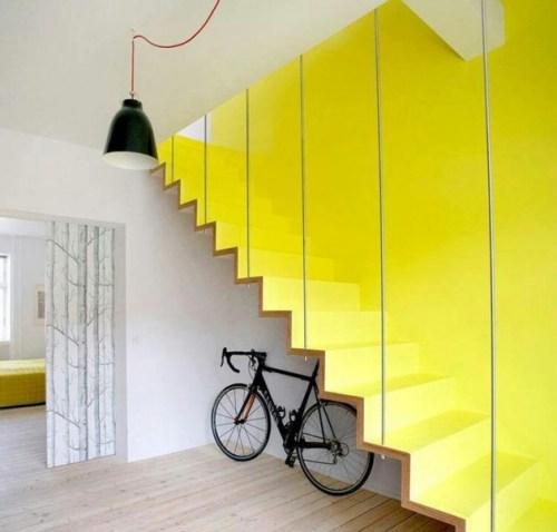 peintre ses murs de couleur flashy escalier jaune.