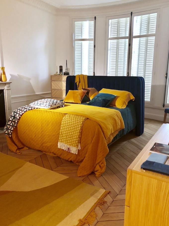 chambre jaune moutarde deco tête de lit velours bleu - blog décoration - clem around the corner