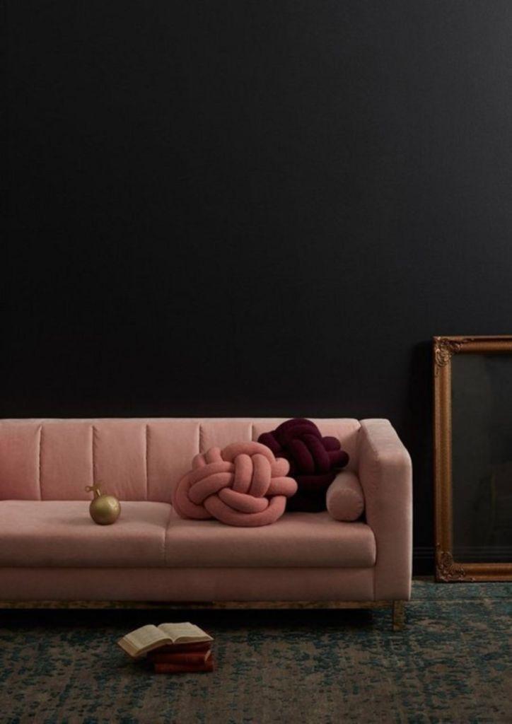 millennial pink canapé rectangle salon sombre - blog déco - clem around the corner