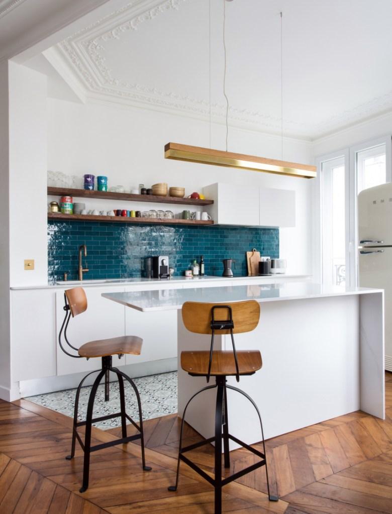 cuisine ouverte sur salon crédence carrelage bleu bar - blog déco - clem around the corner