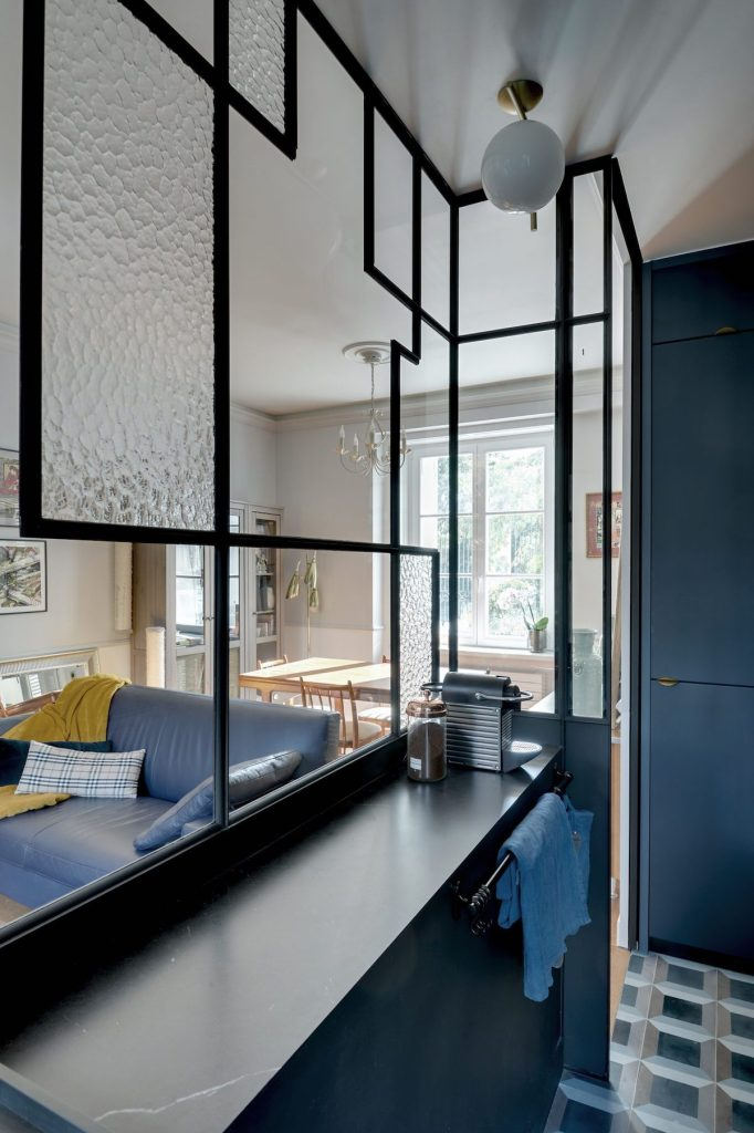 cuisine bleue appartement parisien chic verrière art déco - blog déco - clem around the corner