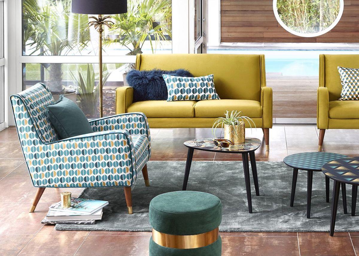 déco été vintage brazil salon jaune bleu géométrique pouf velours laiton