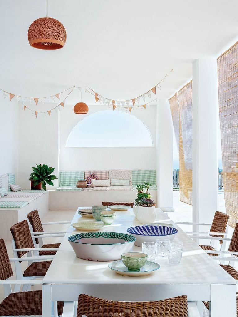 maison à malaga table repas extérieur outdoor banquette vue - blog déco - clem around the corner