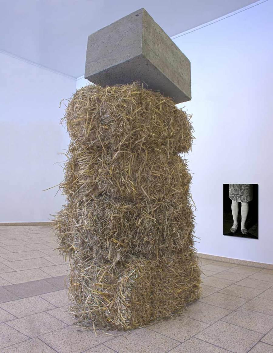 denkmal für die kleinbäuerliche landwirtschaft, 2013 beton, stroh, foto; maße variabel