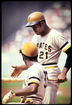 Roberto Clemente and Manny Sanguillen have a chat on the field.