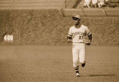 Roberto Clemente jogs in from the outfield. Chicago, circa 1971
