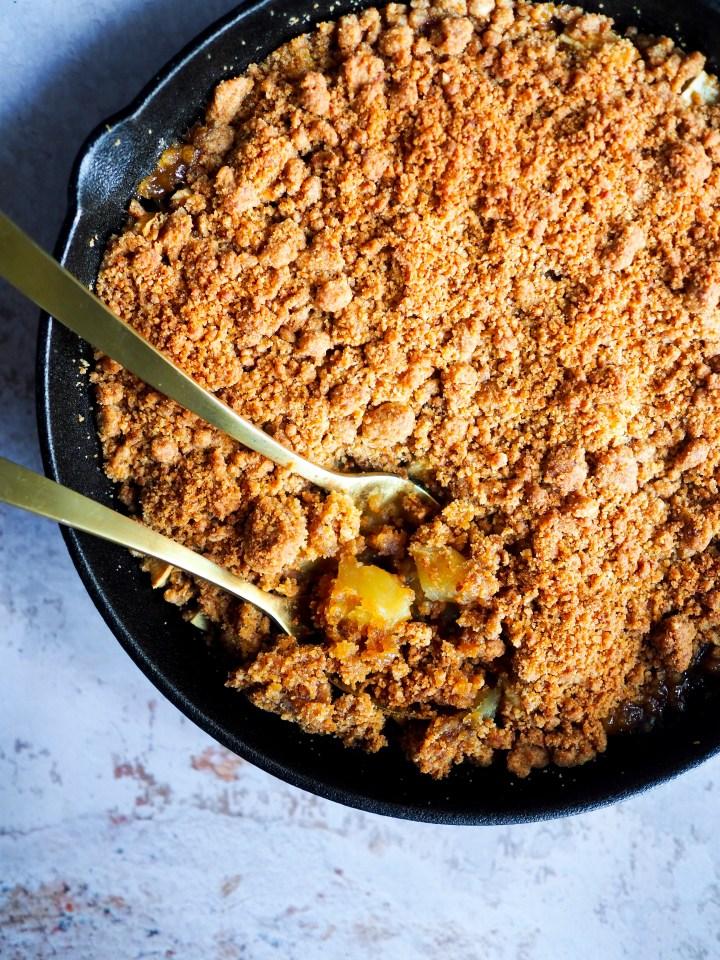 crumble sortant du four aux pommes et poires