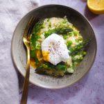 risotto aux asperges vertes, petits pois, parmesan avec un oeuf poché