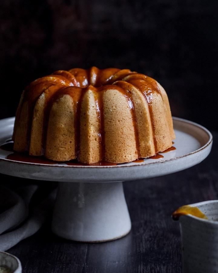 Cake aux pommes avec un glaçage caramel