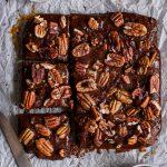 Brownies au caramel et noix de pécan