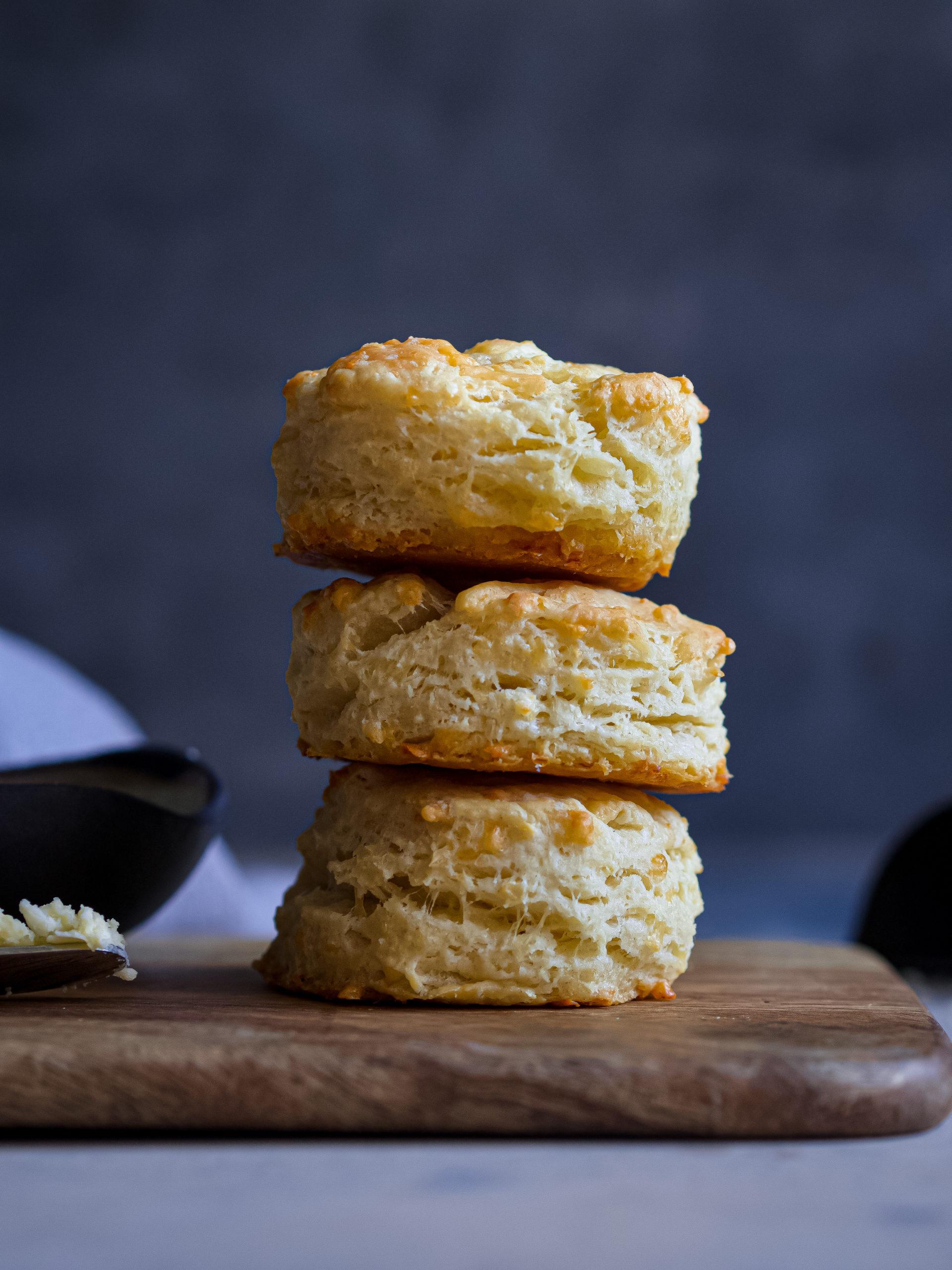 De petits pains américains, les biscuits, mis les uns sur les autres