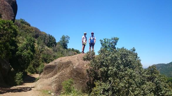 Moguel y Manu arriba de la piedra overa
