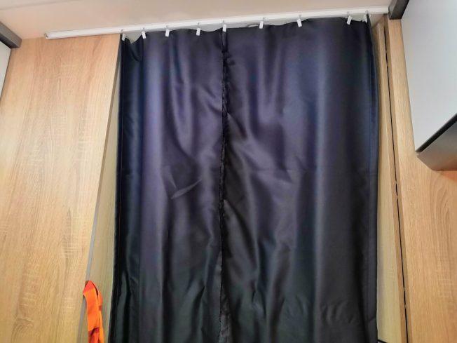 Vorhang vor dem Bett im Kastenwagen